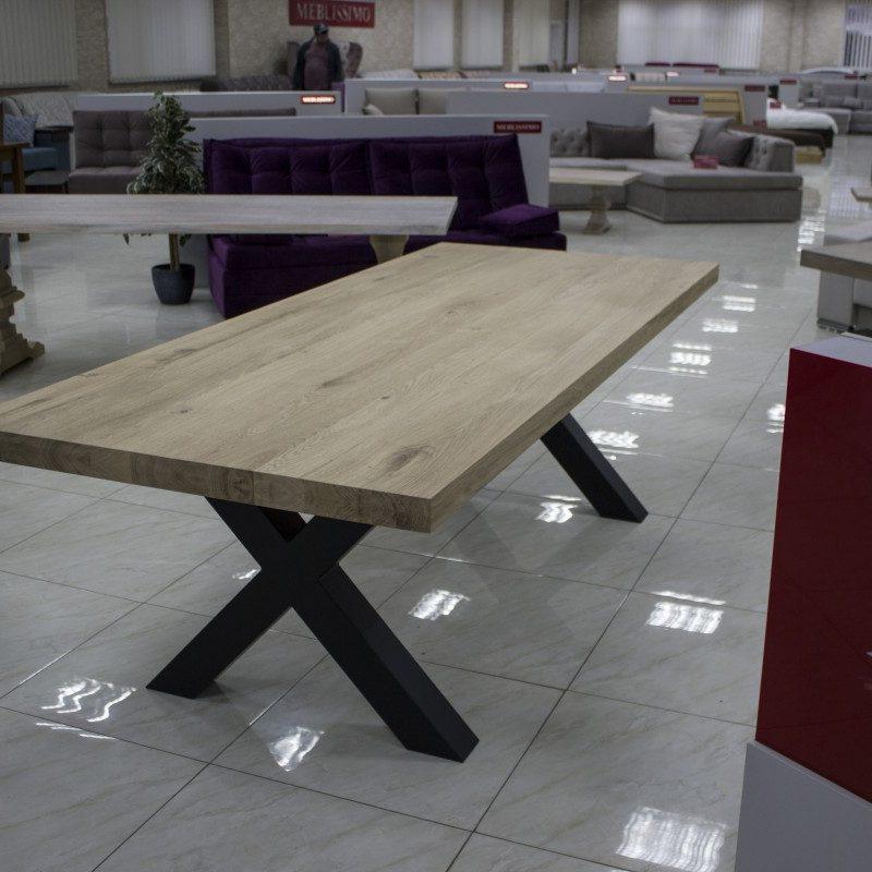 Table en bois avec des jambes en métal