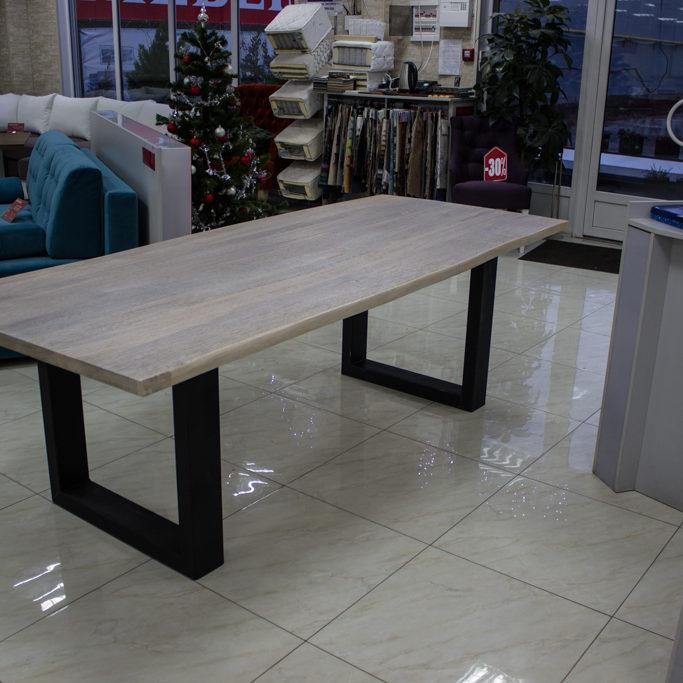 Table en bois avec des jambes en métal droites