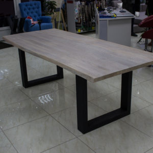 Grande table à manger avec des bords vivants