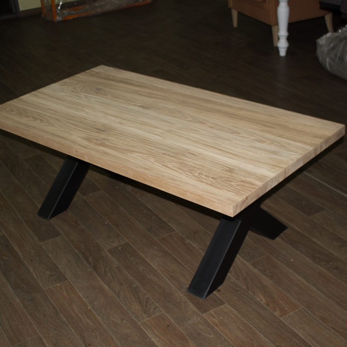 table basse en chêne avec des pattes en métal