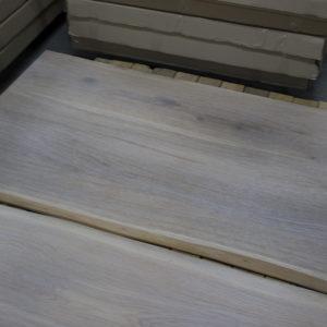 Dessus de table de bois avec des bords vivants