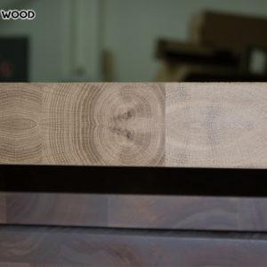 Face d'extrémité de la table en bois-dessus couverte d'huile transparente