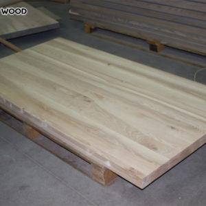 Emballage des dessus de table en bois prêts pour des tables