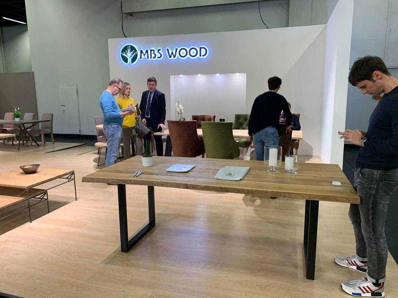 Tables en bois d'exposition de meubles