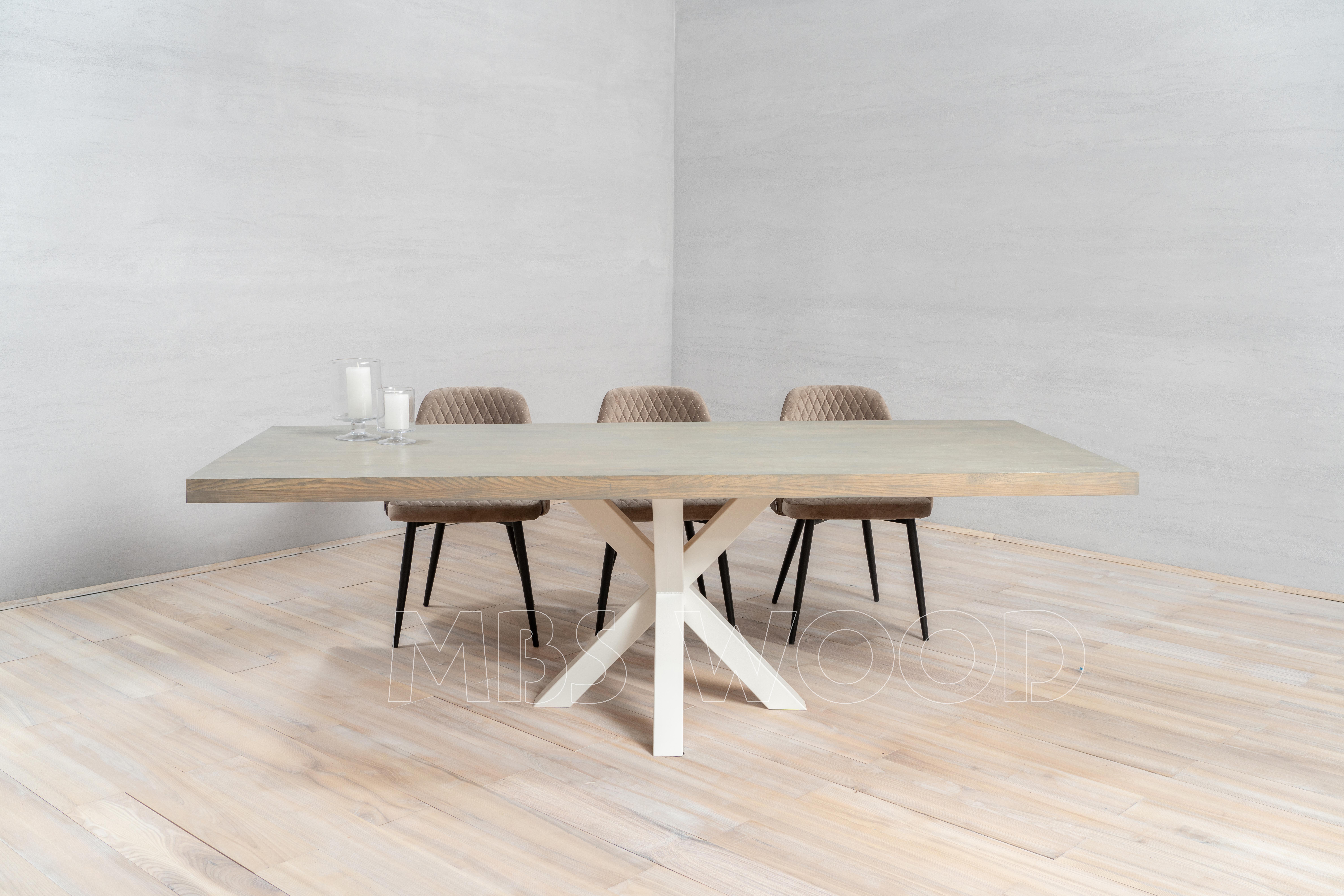 Grande table de chêne avec la couleur blanche d'araignée de jambes en métal